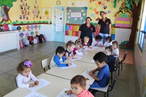 foto Alunos da creche utilizam as novas carteiras